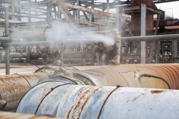Korozja zardzewiały wyciek gazu z zaworu jest rurociągiem przy izolacji