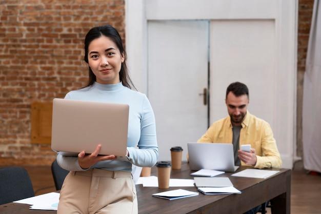 Korporacyjna kobieta pozuje w biurze