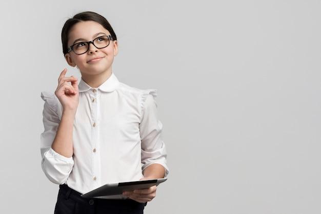 Korporacyjna młoda dziewczyna patrzeje daleko od z eyeglasses