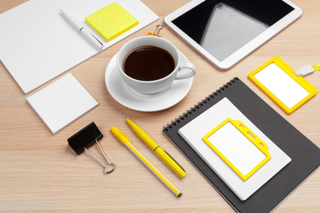 Korporacyjnej tożsamości projekta szablon na drewnianym biurka zakończeniu up