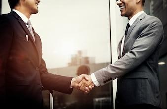 Korporacyjni biznesmeni trząść ręki