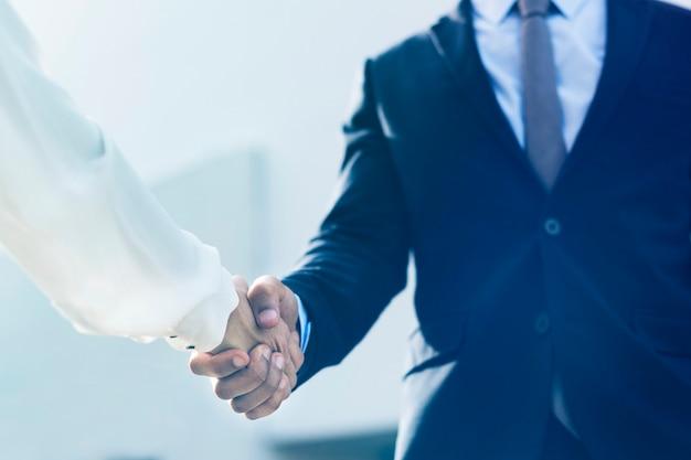 Korporacyjny biznesowy uścisk dłoni między partnerami