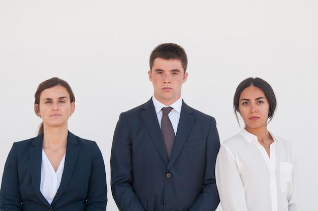 Korporacyjny portret poważny pomyślny biznesowy zespół