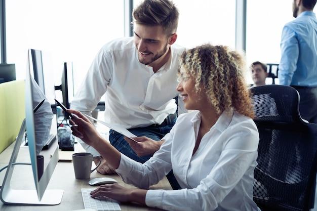 Korporacyjny zespół pracujący koledzy pracujący w nowoczesnym biurze.