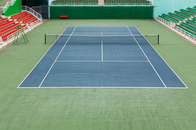 Kort tenisowy z zieloną nawierzchnią lub obiekt sportowy