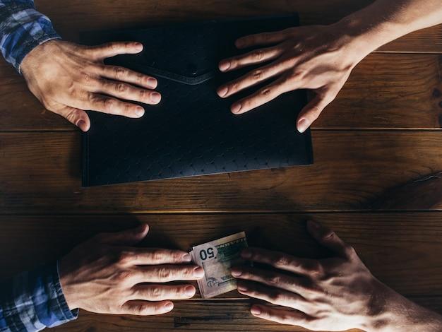 Korupcja korupcyjna szpiegostwo biznesowe korporacyjne. koncepcja nielegalnej transakcji