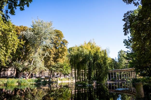 Koryncka kolumnada w parc monceau, paryż, francja