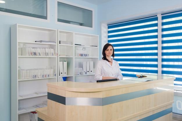 Korytarz pogotowia i ambulatorium oraz recepcjonistka