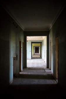 Korytarz w opuszczonym budynku