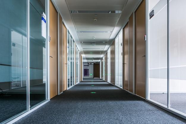 Korytarz w profesjonalnym budynku biurowym