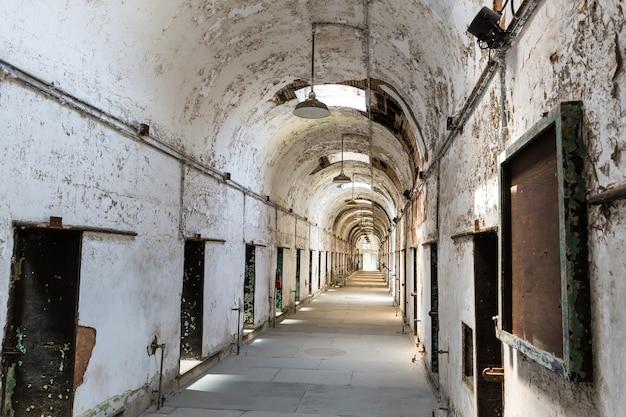 Korytarz więzienny z zamkniętymi drzwiami.