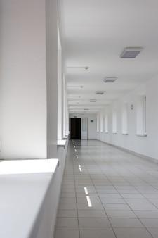 Korytarz z białymi ścianami