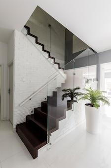 Korytarz z eleganckimi schodami