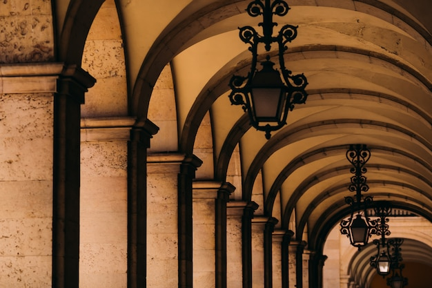Korytarz z kolumnami otaczającymi commerce square w lisbon, portugalia.