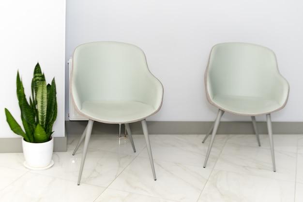 Korytarz z krzesłami dla pacjentów w nowoczesnym szpitalu.