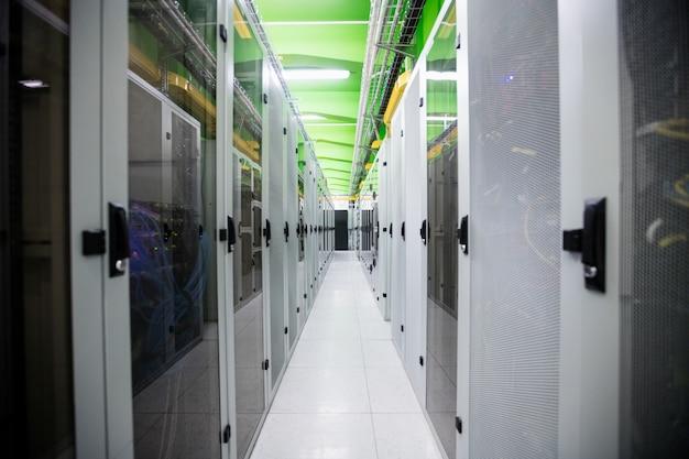 Korytarz z rzędem serwerów