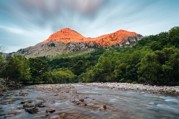 Koryto rzeki z nasłonecznionym dnem górskim