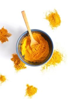 Korzeń kurkumy (kurkuma.) i proszek z kurkumy do medycyny alternatywnej, produktów uzdrowiskowych i składników żywności.