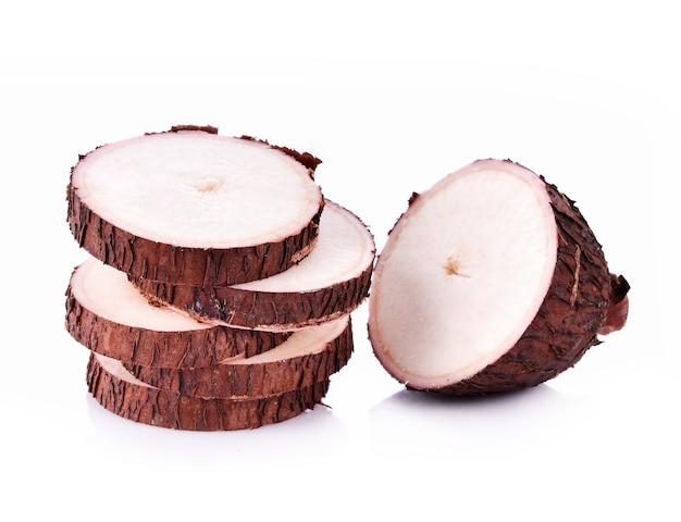Korzeń manioku na białym tle