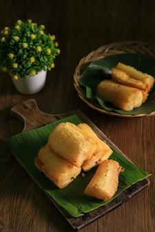 Korzeń manioku smażony w głębokim tłuszczu. brazylijska mandioca frita (maniok smażony w głębokim tłuszczu/maniok/yuca). przystawka feijoada