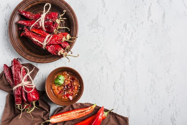 Korzenny chili na lekkim tle