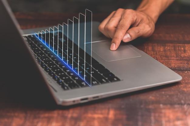 Korzystaj z laptopa, analityki oraz technologii finansowej i bankowej