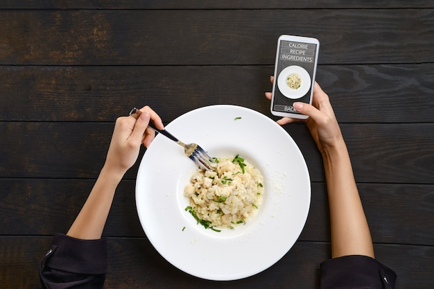 Korzystanie z aplikacji mobilnej do rozpoznawania posiłków, znajdowania przepisu i poznawania kalorii