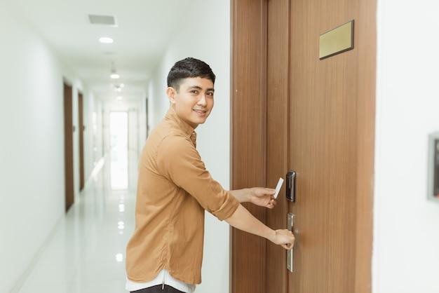 Korzystanie z elektronicznego klucza karty w celu uzyskania dostępu