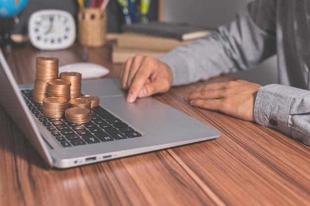 Korzystanie z komputera do zarabiania pieniędzy w internecie