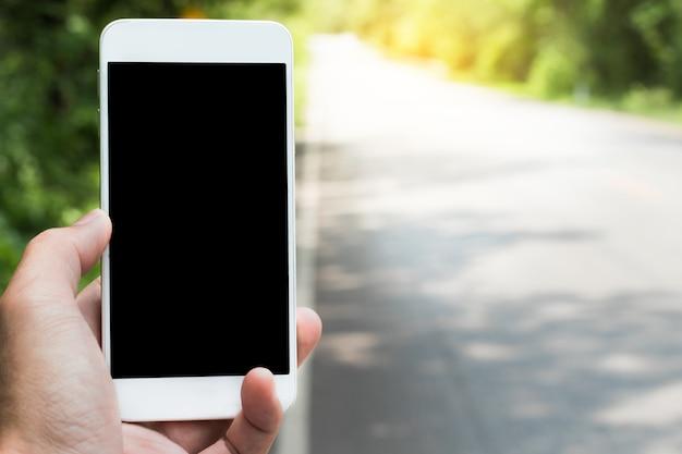 Korzystanie z lokalizacji wyszukiwania inteligentnego telefonu w aplikacji do nawigacji satelitarnej.