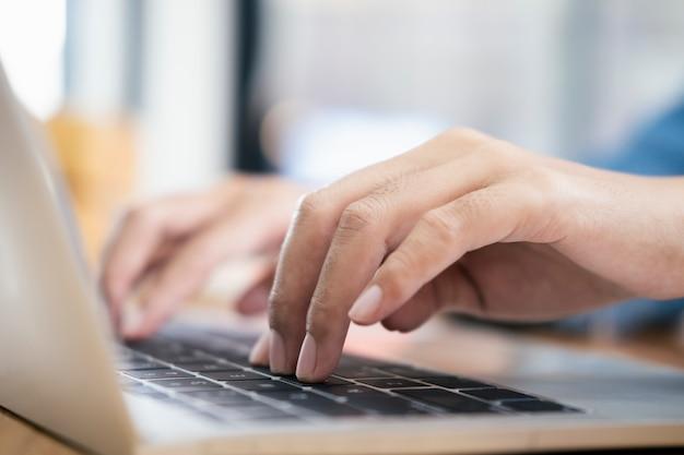Korzystanie z technologii łączenia online dla biznesu, edukacji i komunikacji.