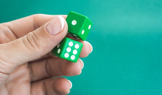 Kości do gry na zielonym stole do pokera
