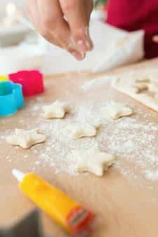 Kości gwiazdek wyciąć z formy z mąki