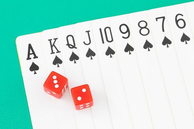 Kości i karty na zielonym stole w kasynie