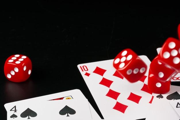 Kości i karty rozrzucone na stole z bliska