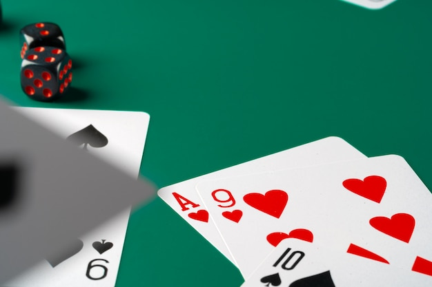 Kości i karty rozrzucone na stole