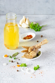 Kości kurczaka (kurze łapki), warzywa, przyprawy i zioła na bulion
