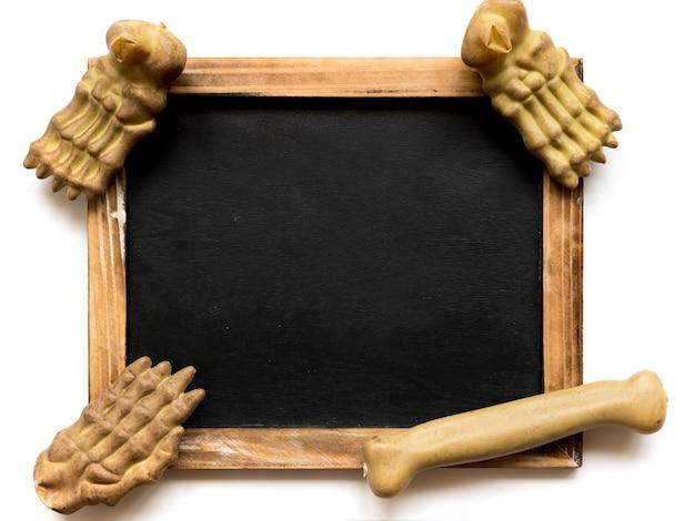 Kości leżące na tablicy