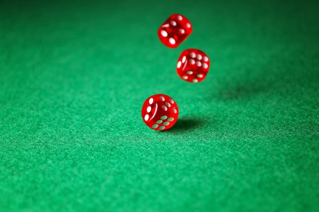 Kości na zielonym stole w kasynie