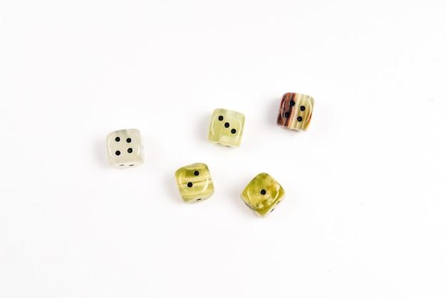Kości wykonane z kamienia naturalnego na białym tle. skopiuj miejsce. hazard.