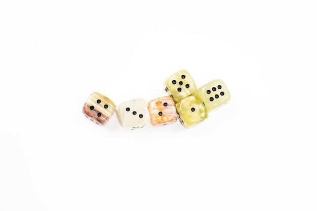 Kości wykonane z naturalnego kamienia na białym tle. skopiuj miejsce. hazard.