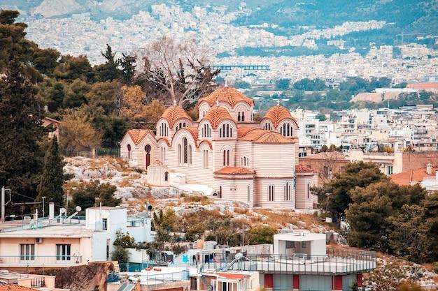 Kościół agia marina na wzgórzu nymphis w atenach, grecja, podróż