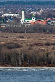 Kościół chrześcijański na brzegu rzeki