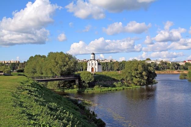 Kościół chrześcijański na wybrzeżu rzeki