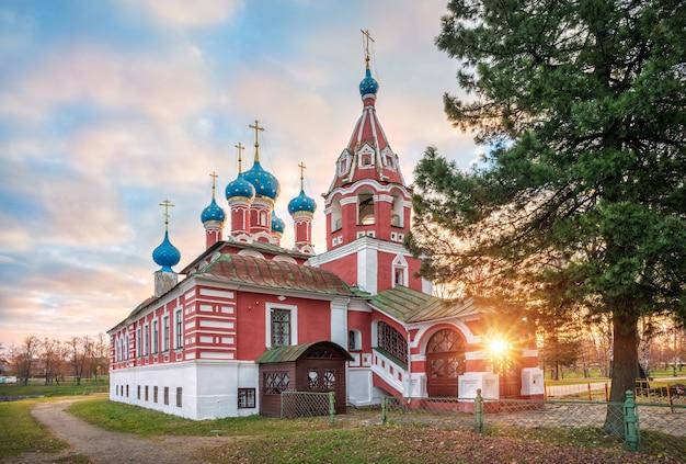 Kościół dmitrija na krwi na kremlu w ugliczu w promieniach porannego jesiennego słońca