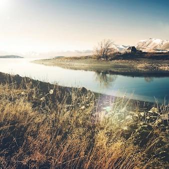 Kościół dobrego pasterza i jeziora, mackenzie country, canterbury, nowa zelandia.