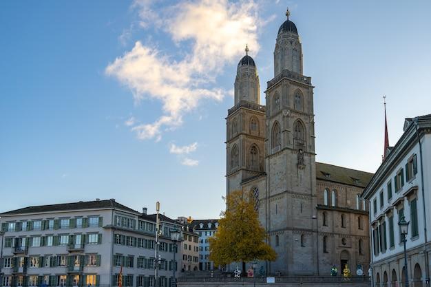 Kościół grossmunster z panoramą miasta w zurychu w szwajcarii.