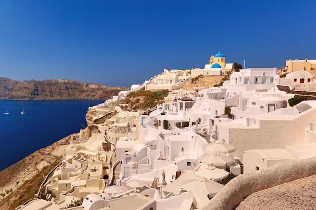 Kościół i białe domy, oia, santorini, grecja