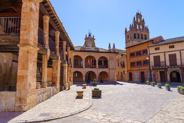 Kościół i ratusz na rynku. ayllon, segovia, hiszpania.