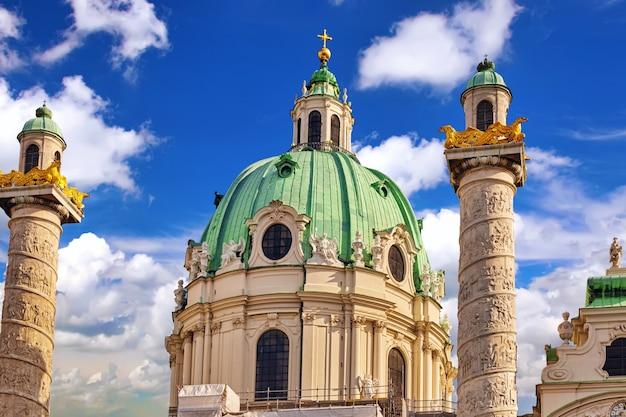 Kościół karola (karlskirche) na placu karola (karlsplatz). największa powierzchnia placu po stronie południowej, resselpark. wiedeń, austria.